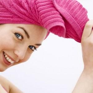 mujer-toalla-rosa-cabello